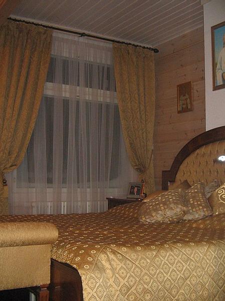 Итальянские шторы теплых тонов для спальни.